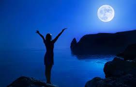 vrouw maan water